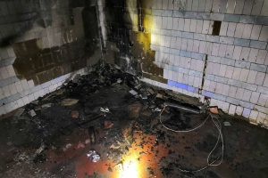 В заброшенной двухэтажке в Першотравенске произошел пожар