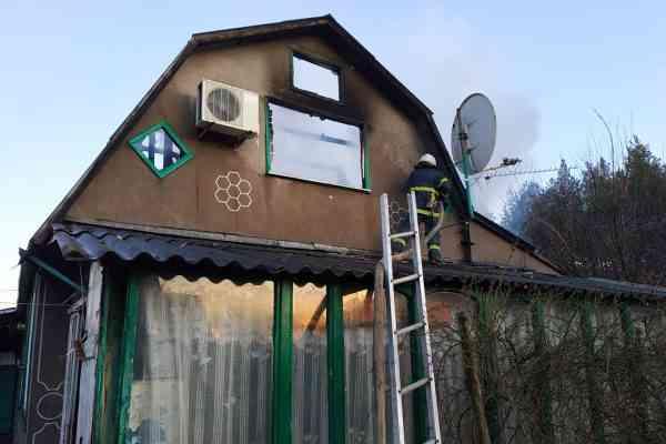Дотла сгорела крыша жилого дома по ул. Сосновой в Павлограде