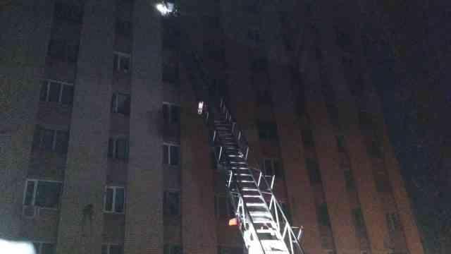 В Павлограде на восьмом этаже общежития по ул. Промышленной вспыхнул пожар - жильцов вывели на улицу