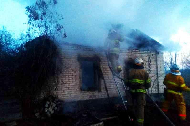Пожарные три часа тушили заброшенный дом в Юрьевке