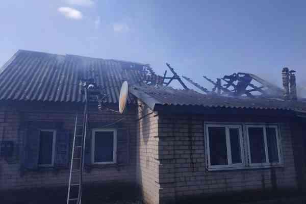 В с. Межиричи огонь уничтожил крышу жилого дома