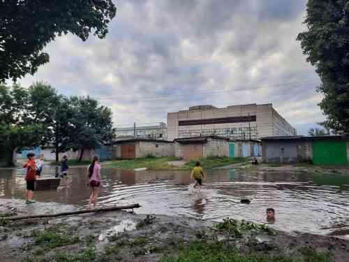 Не заплывайте далеко: на улице Комарова в Павлограде дети открывают плавательный сезон