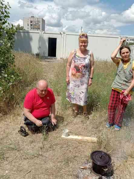В Павлограде переселенцы готовят еду на кострах, - это конец благотворительности