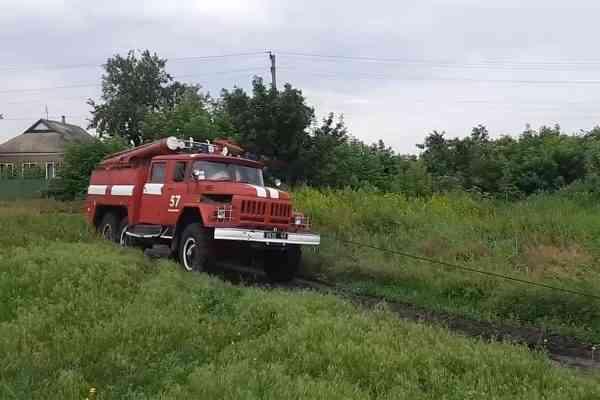 В Петропавловке спасатели вытащили из дорожной ловушки карету скорой помощи