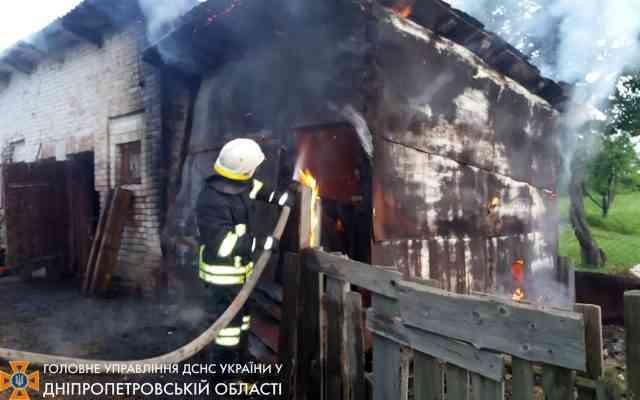 Полчаса спасатели тушили горящий сарай на ул. Красной в Павлограде, но стены таки сгорели