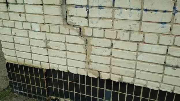 Затрещали по швам: павлоградская школа не выдерживает движения мокрого грунта