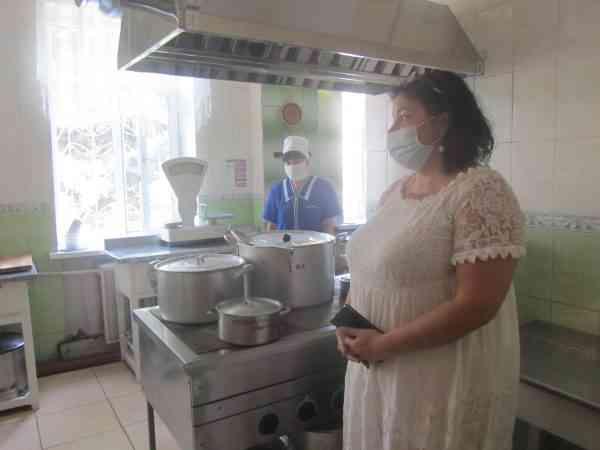 В детсадах Павлограда усиленно моют полы, чтобы достойно встретить представителей нового поколения