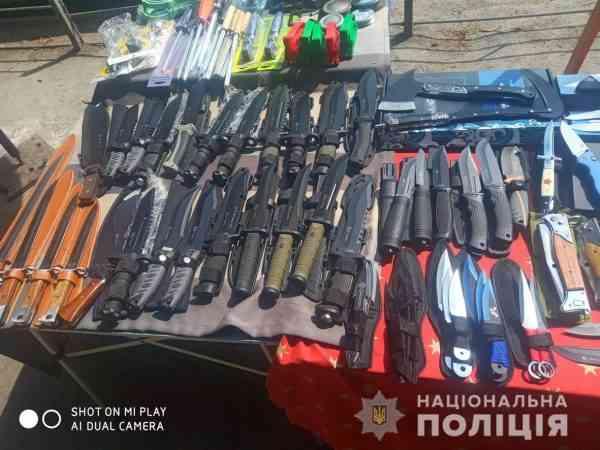 Мужчина свободно торговал ножами на рынке Павлограда