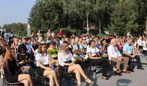 Павлоград наградил ценными подарками школьников, работавших на благо города на каникулах