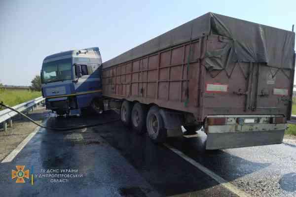 У Дмитровки из грузовика на дорогу вылились ГСМ