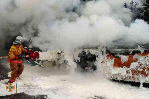 В Юрьевке воспламенившийся микроавтобус спасатели залили пеной