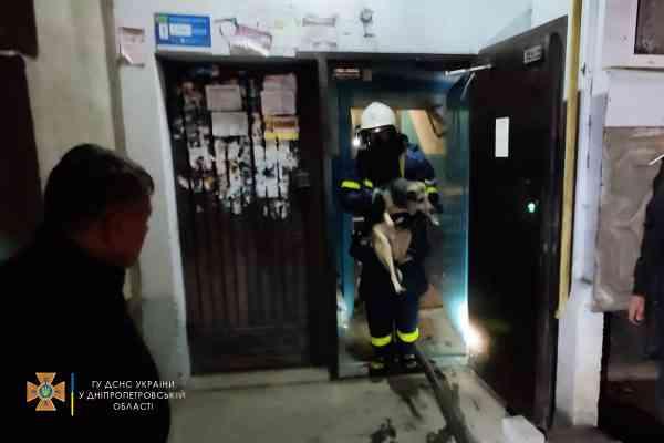 Спасатели из задымленной квартиры по ул. Балашовской в Павлограде вывели на свежий воздух хозяйку, 1965 года рождения