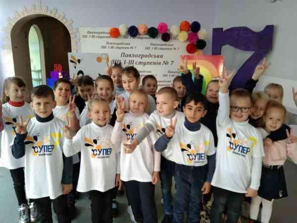 Уникально в Павлограде: родительский танцевальный коллектив «Семь & я» поздравил школу №7 с юбилеем